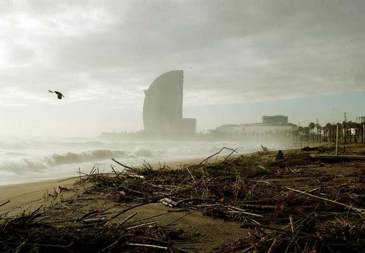 Vista de la playa de la Barceloneta, gravemente afectada por la borrasca Gloria, que se ha cebado especialmente con el frente marítimo de Barcelona, este jueves. EFE