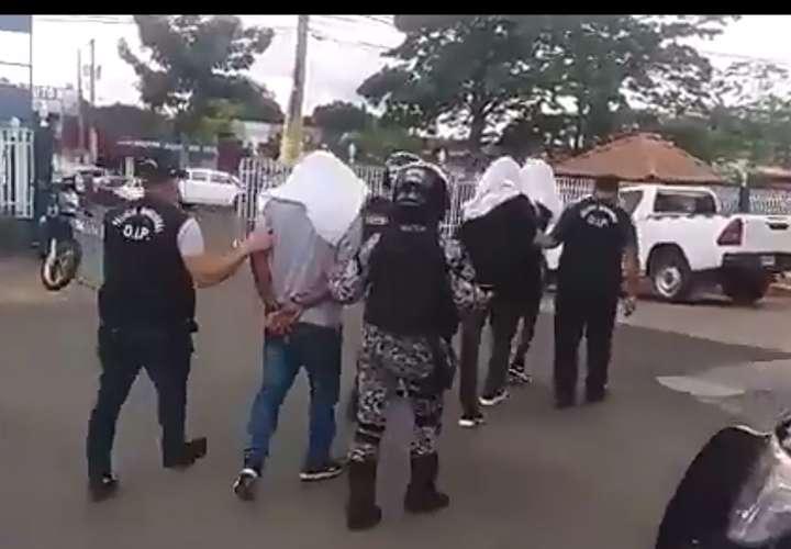 Tres detenidos y un arma incautada en Costa Verde