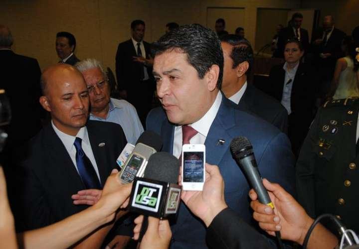 En la imagen un registro del presidente de Honduras, Juan Orlando Hernández (c). EFEArchivo