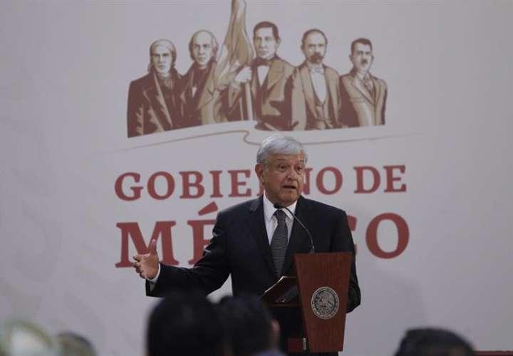 El presidente de México Andrés Manuel López Obrador habla durante la firma del decreto presidencial para la instalación de una Comisión de la Verdad hoy, lunes 3 de diciembre de 2018 en Ciudad de México (México). EFE
