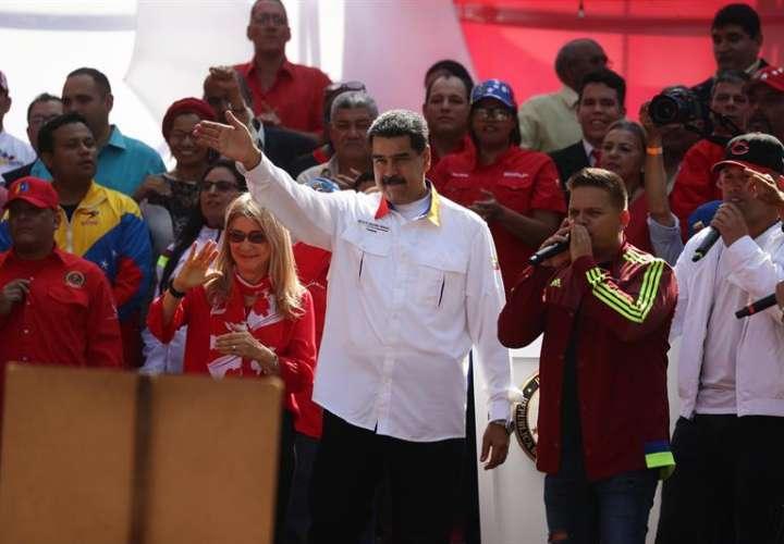 El presidente de Venezuela, Nicolás Maduro (c), y la primera dama, Cilia Flores (c-i), participan en un acto de gobierno este lunes, en Caracas (Venezuela). EFE