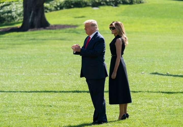El presidente estadounidense Donald J. Trump y la primera dama Melania Trump salen de la Casa Blanca, en Washington, DC. EFE