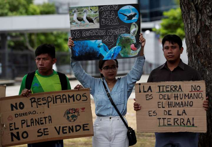 Grupos ambientalistas protestan en contra de la construcción de una terminal petrolera en Isla Boná este lunes, en el exterior de la Asamblea Nacional, en Ciudad de Panamá.