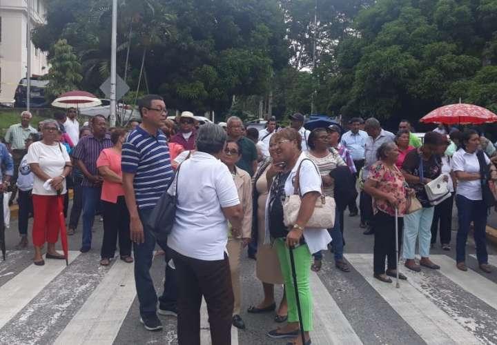 Con pancartas en manos y coreando consignas, familiares y víctimas del dietilenglicol cerraron la vía a la altura de la Corte Suprema de Justicia. Foto: Yorlenne Morales