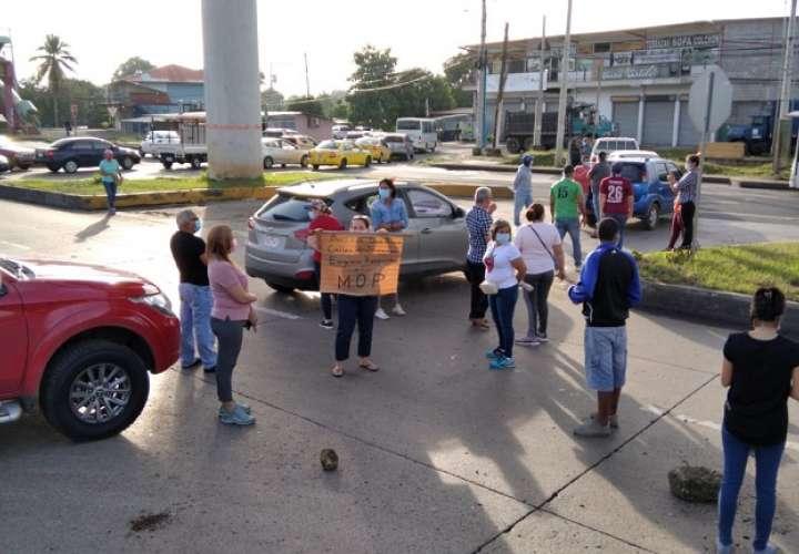 Manifestantes exigen la presencia de un representante del Ministerio de Obras Públicas.