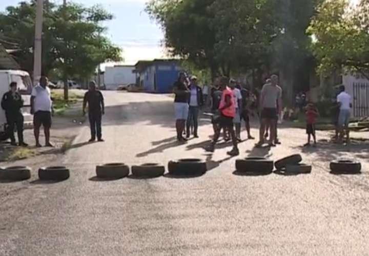 """""""La paila está boca abajo"""" en Mano de Piedra, residentes piden plazas de empleo"""
