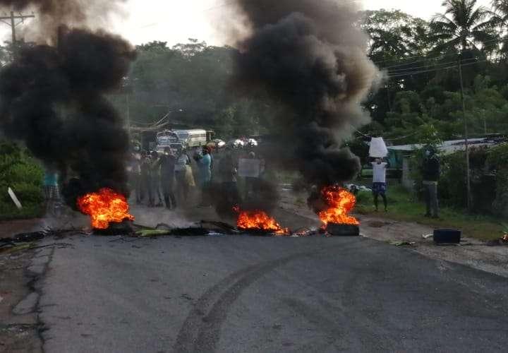 Moradores de Rivera del Río protestan y exigen mejoras en su comunidad