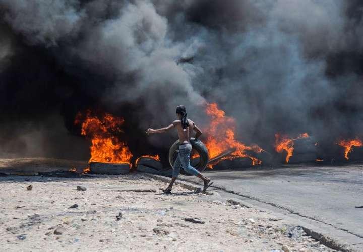 Tormenta perfecta apaga las gasolineras de Haití y enciende las calles (Video)