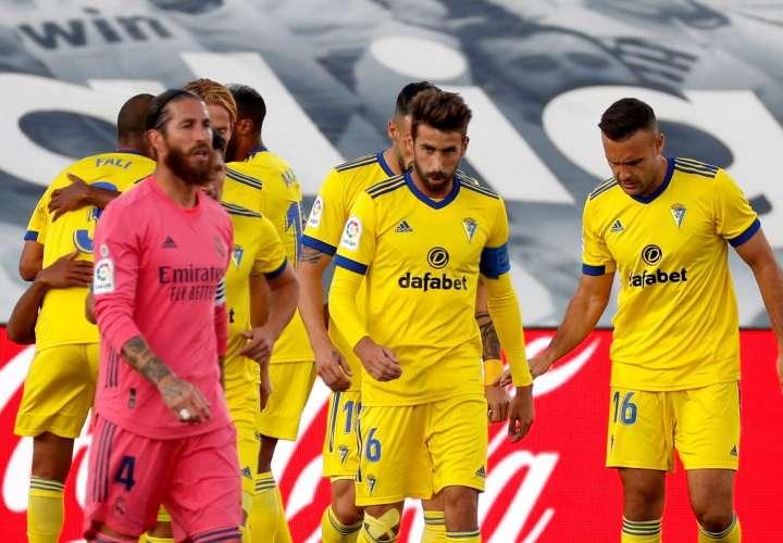 Los jugadores del Cádiz celebran su anotación. /EFE