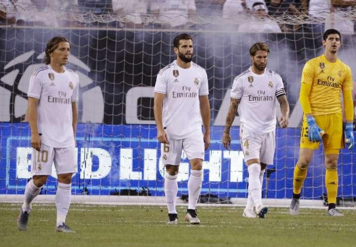 Luka Modric (10), Nacho (6), Sergio Ramos (4) y Thibaut Courtois se lamentan tras la derrota. Foto: AP
