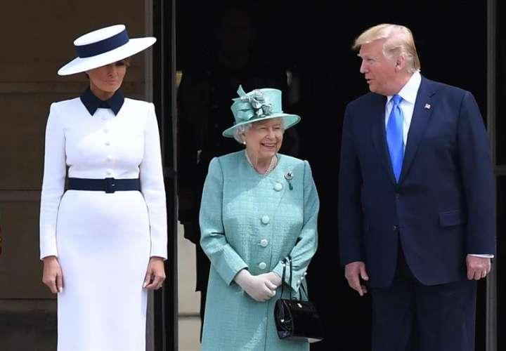 La reina Isabel II de Inglaterra (c) recibe al presidente de los Estados Unidos, Donald Trump (d), y a su mujer, Melania Trump (i), en el Palacio de Buckingham en Londres (Reino Unido), este lunes. EFE