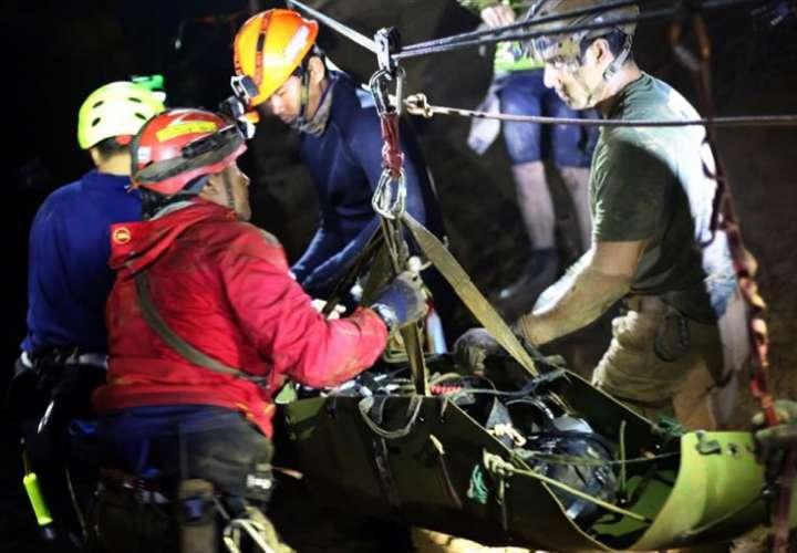Varios miembros del equipo de rescate evacuan a un niño del equipo juvenil de fútbol atrapado en la cueva Tham Luang, en Chiang Rai (Tailandia), el 11 de julio de 2018. EFE/ Thai Navy Seal Handout
