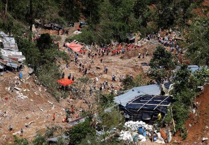 Rescatistas trabajan en recuperación de las víctimas de deslizamientos de tierra causadas por el tifón Mangkhut en la aldea de Ucab, ciudad de Itogon, provincia de Benguet (Filipinas). EFE