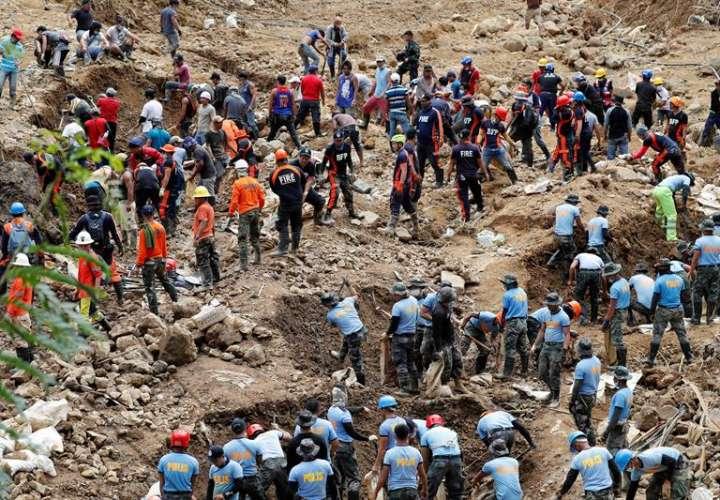 Rescatistas continúan hoy, miércoles 19 de septiembre de 2018, el trabajo de búsqueda de víctimas del deslizamiento de tierra causado por el tiifón Mangkhut, en la villa de Ucab, Itogon, provincia de Benguet (Filipinas). EFE