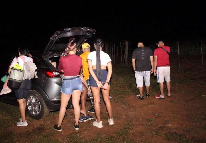 Retienen a decenas de personas, entre ellos extranjeros, en fiesta en Las Yayas