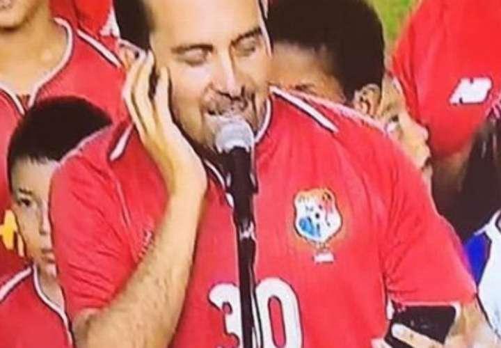 Ricardo Gaitán aclara que no veía la letra del Himno Nacional desde el celular
