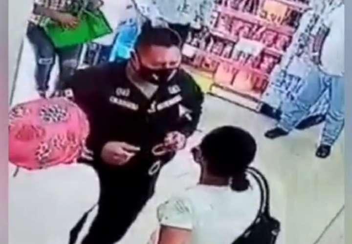 Retienen a dos mujeres por hurtar leche en un minisúper (Video)