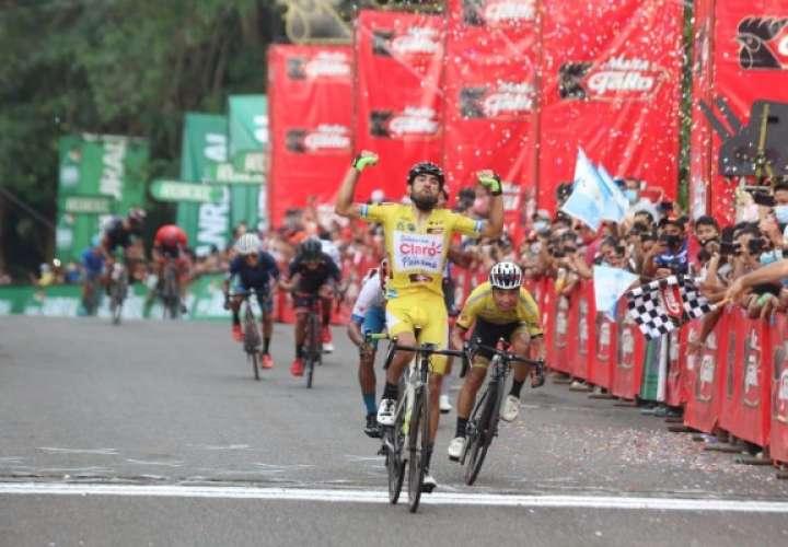 Roberto González cuando llega a la meta de la etapa.