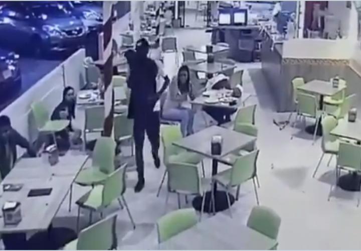 Cae asaltante de restaurante  en El Chorrillo [Videos]