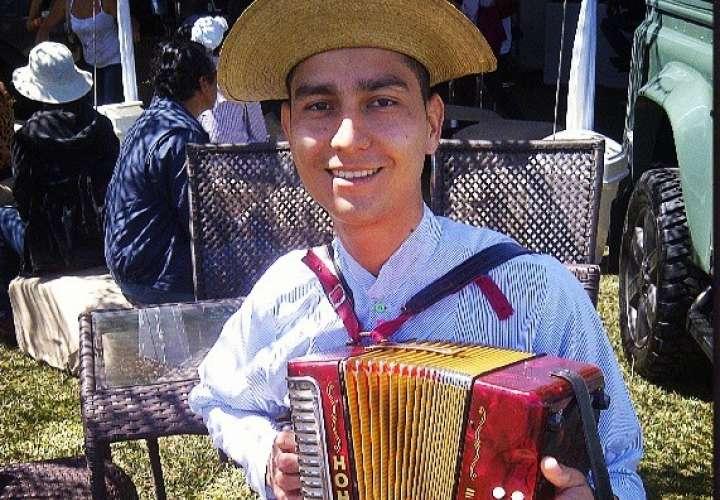 Tipiquero, víctima de robo, hace eventos para comprarse otros acordeones