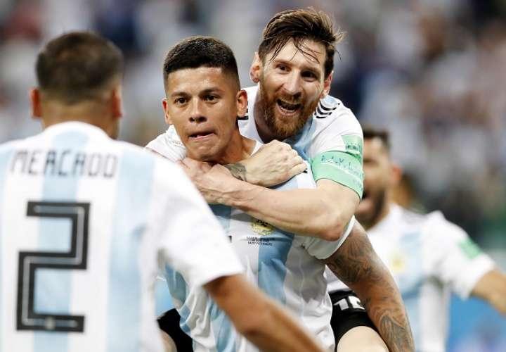 Lionel Messi, Marcos Rojo y Gabriel Mercado celebran el gol de la clasificación./EFE