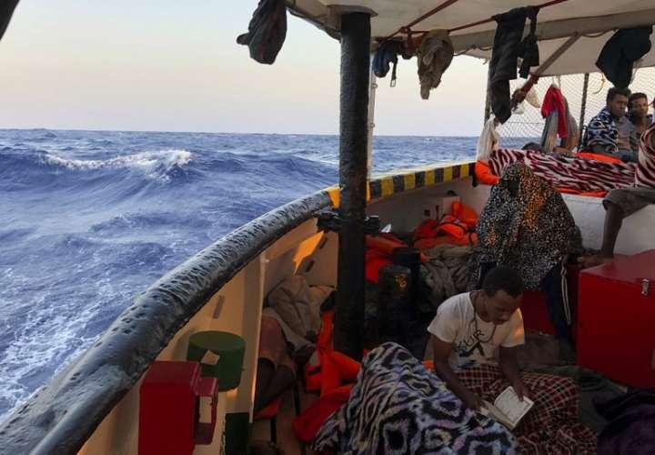 Italia cede a la presión y permite el desembarco de inmigrantes