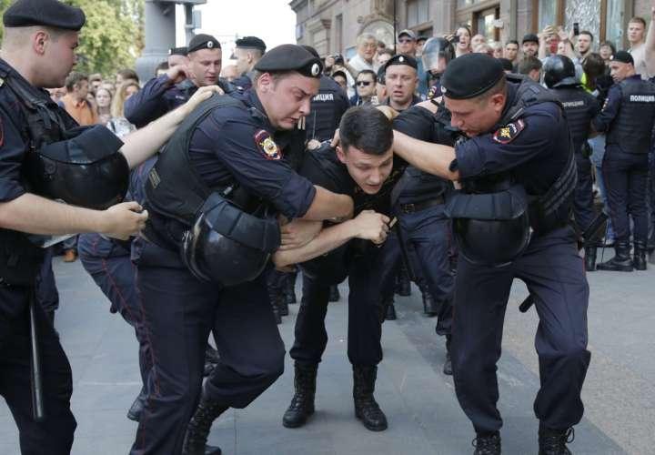 La policía en Rusia reprime a más de mil manifestantes