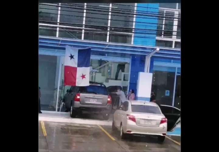 El vehículo embistió y atropelló a varias personas.