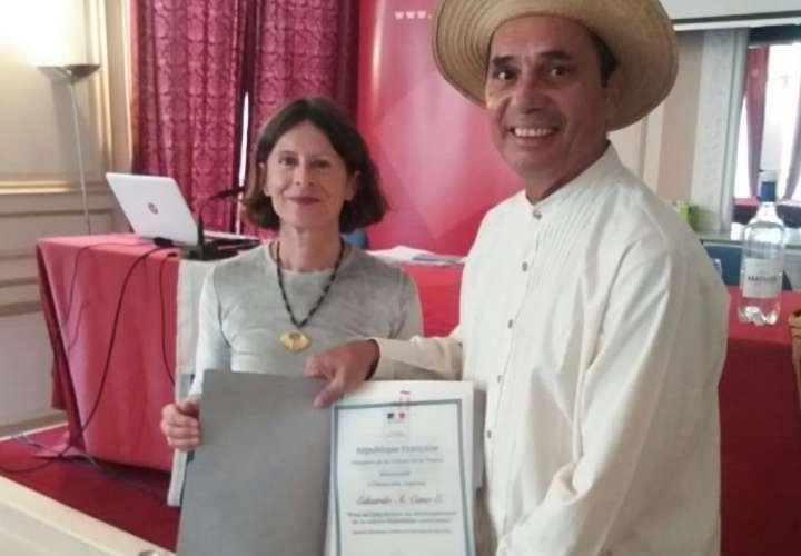 Folclorista panameño recibe condecoración en Francia