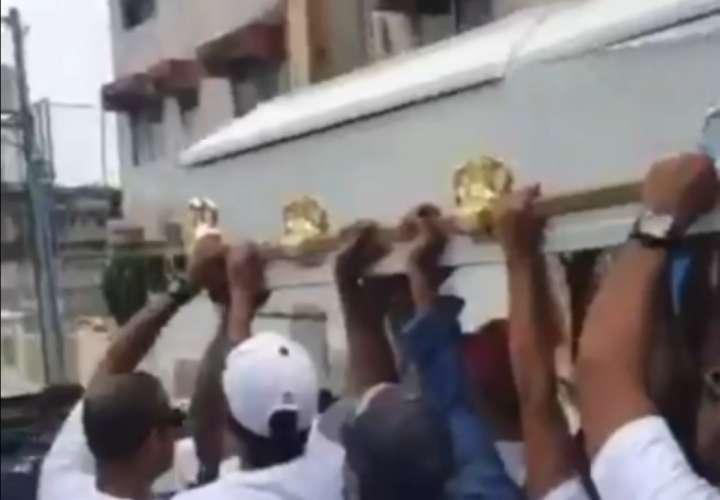 Funeral de barrio con baile y cantos de reggae (Video)