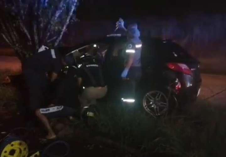 Mujer queda atrapada entre hierros retorcidos de vehículo en Colón