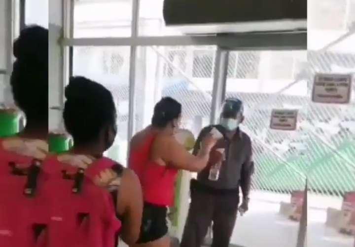 Seguridad de un local en Calidonia se embolilla con una compradora (Video)