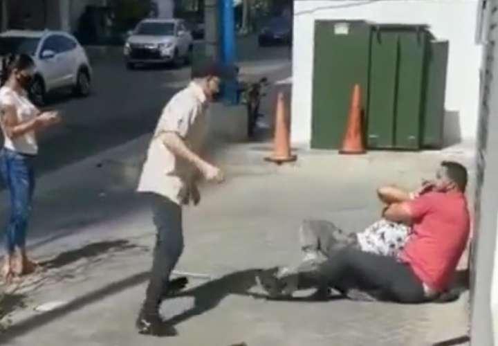 Embolille en la avenida Balboa por supuesto robo a una mujer (Video)