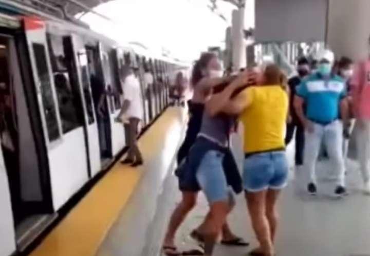Dos mujeres se quitan las ganas en una estación del Metro (Video)