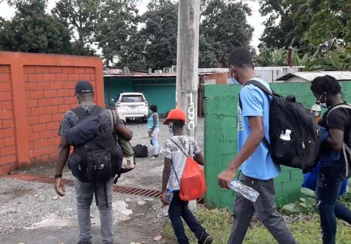 Pillan a Migración de Costa Rica dejando a inmigrantes en frontera con Panamá