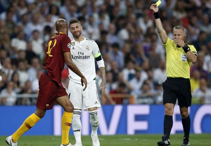 Sergio Ramos recibe tarjeta amarilla durante el duelo contra la Roma. /AP