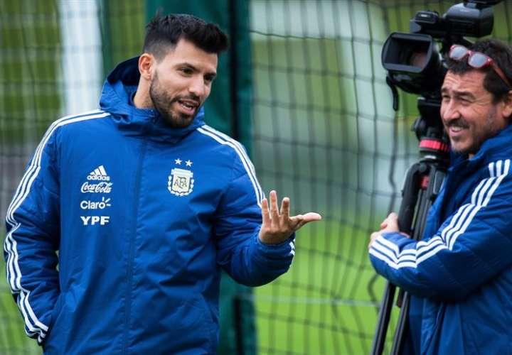 Sergio Agüero (izq.) dijo que Argentina siempre es candidata para ganar el Mundial. Foto EFE