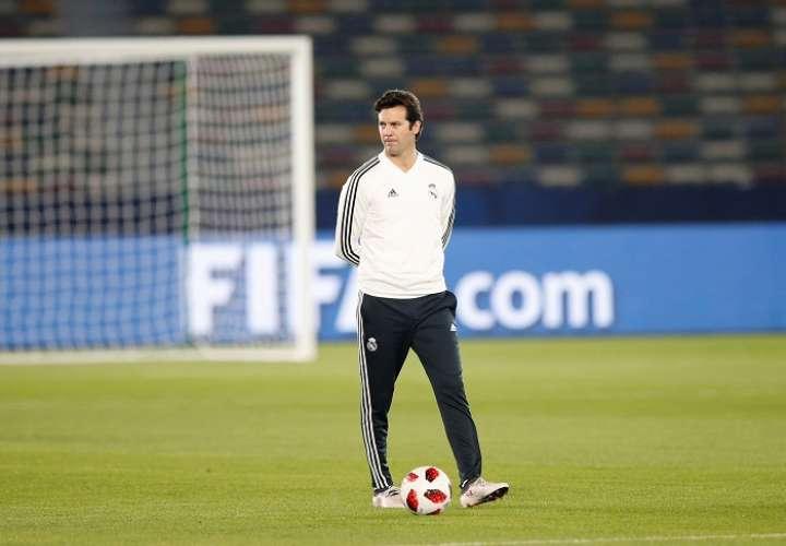 Santiago Solari, dirige una sesión de entrenamientos de su equipo en el estadio Zayed Sports City en Abu Dabi.Foto: EFE