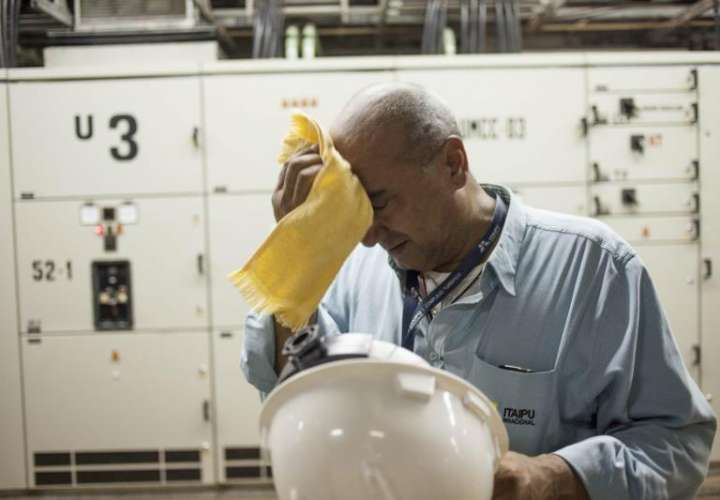 Imagen de un trabajador secándose el sudor. EFE/Archivo