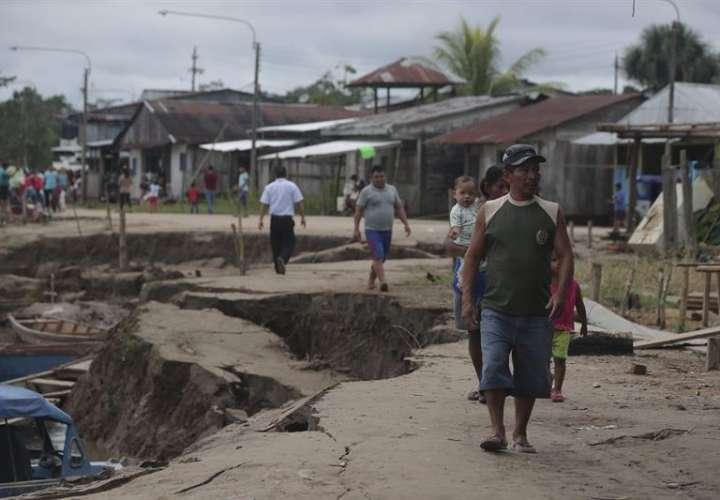 Algunas personas camina por una zona afectada este domingo, después de un terremoto de magnitud 7,5 en la escala de Richter en Puerto Santa Gema, en la ciudad amazónica de Yurimaguas (Perú). EFE