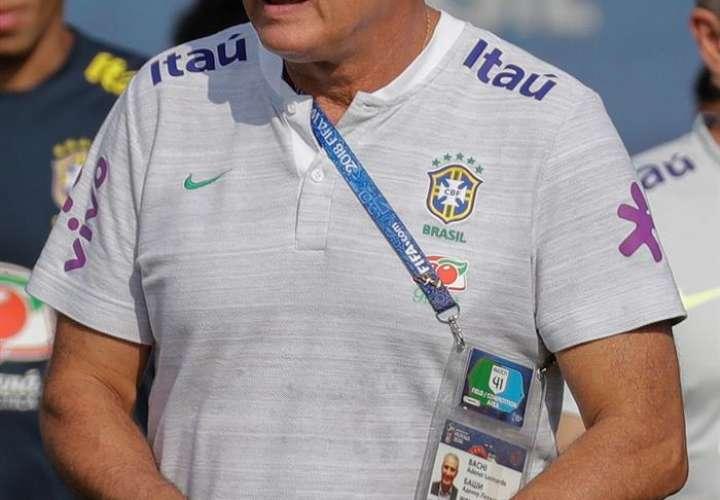 El seleccionador de Brasil, se dejó ver este viernes en el entrenamiento de preparación para el partido de octavos de final. Foto EFE