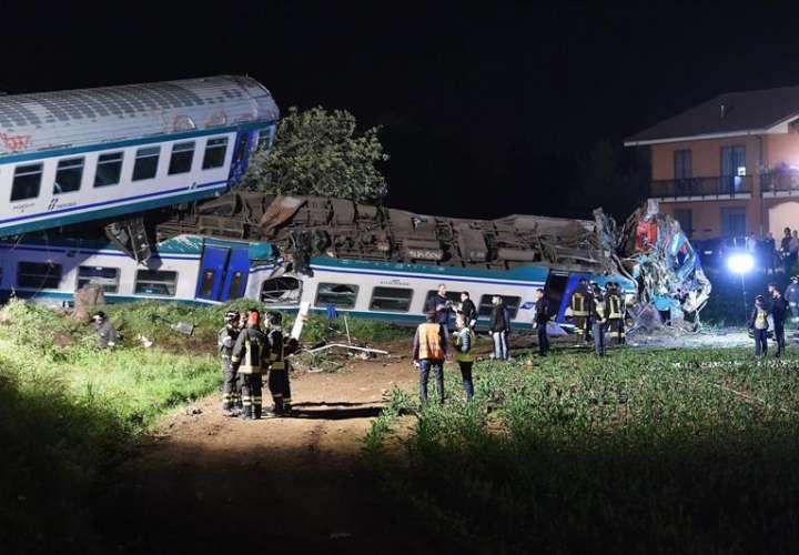 Bomberos y efectivos de los equipos de rescate trabajan junto a un tren descarrilado en Caluso, a las afueras de Turín (Italia). EFE