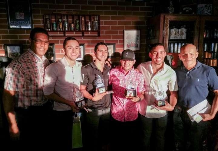 Triatlonistas reciben sus premios. Foto: Pandeportes
