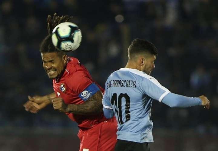 Giorgian de Arrascaeta (d) de Uruguay disputa un balón con Román Torres (c) de Panamá. /EFE