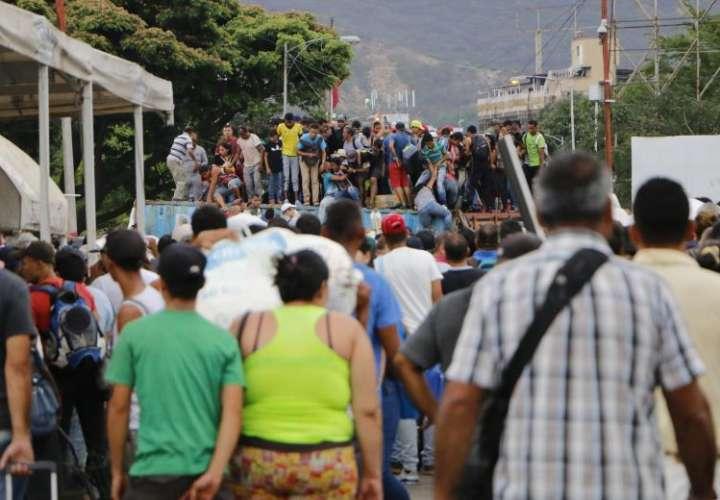 Cientos de venezolanos cruzan el Puente Internacional Simón Bolívar, que comunica al estado del Táchira con Cúcuta, para llegar hasta territorio colombiano. EFE/Archivo