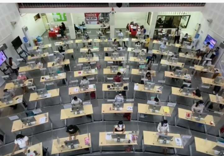 Call center de profesores para la enseñanza a distancia (Video)