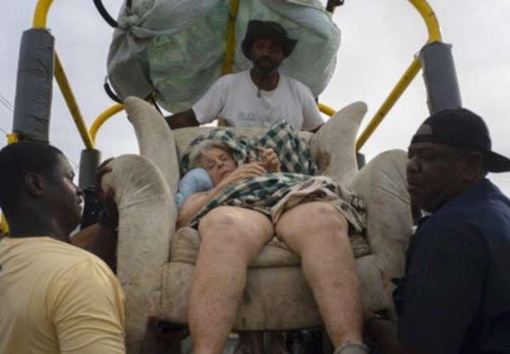 Mujer de 85 años sobrevive tres días flotando en nevera y sofá tras Dorian