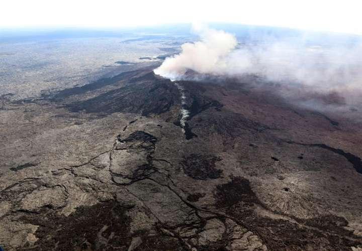 Vista de una fisura en la ladera occidental y el cráter derrumbado de Pu'u 'O'o, en la con lava del volcán Kilauea cerca de Pahoa, Hawai (Estados Unidos) ayer, 3 de mayo de 2018. Foto: EFE / Servicio Geológico de Estados Unidos (USGS)