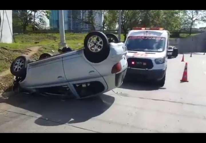 Vuelca automóvil en la salida del Corredor Sur en Paitilla (Video)
