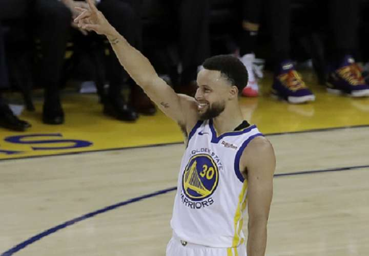 Curry metió nueve triples y anotó 36 puntos para que Golden State arrollara 116-94 a los Trail Blazers. Foto: AP